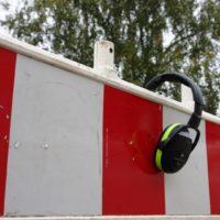 Bauzaun und Kapsel-Gehörschutz