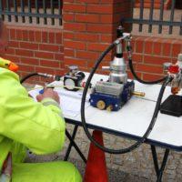 GKB-Monteur erfasst Daten für luftgestützten Kabelzug