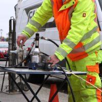 GKB-Monteur justiert Kabelschubraupe im Einzugsprozess